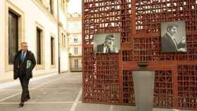El lehendakari Urkullu, junto  los retratos de los asesinados por ETA Fernando Buesa y Enrique Casas.