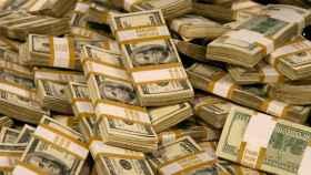 Fajos de billetes de dólar en una imagen de archivo.