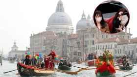 Dos turistas montan en una góndola usando mascarillas.