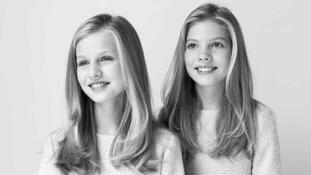 La princesa Leonor y la infanta Sofía en su imagen conjunta en blanco y negro.