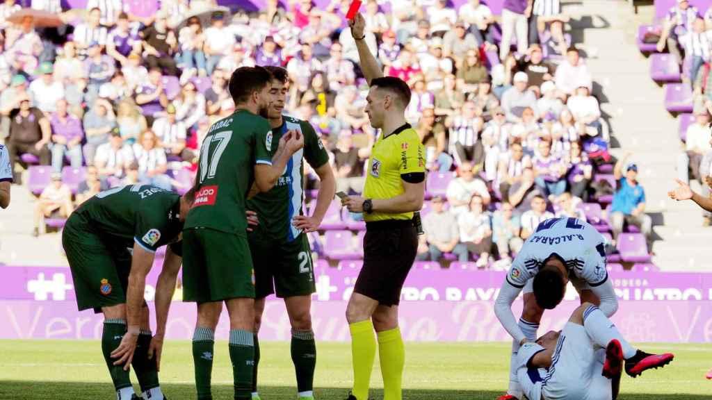 Un jugador del Espanyol ve la tarjeta roja en el partido frente al Real Valladolid en el José Zorrilla