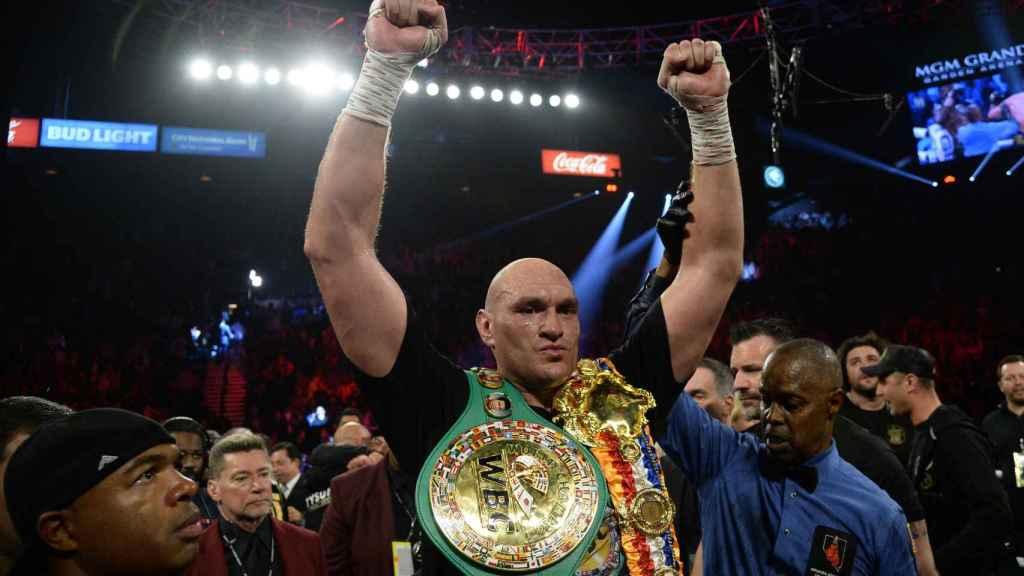Tyson Fury celebrando su título de campeón  mundial WBC del peso pesado