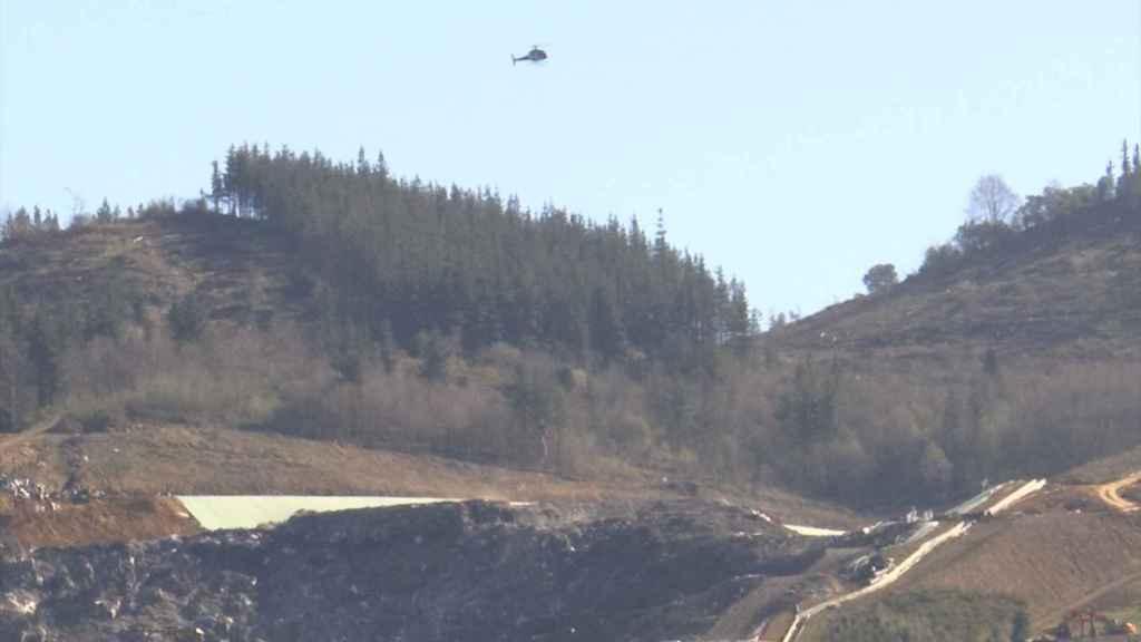 Helicóptero sobre el vertedero de Zaldibar.