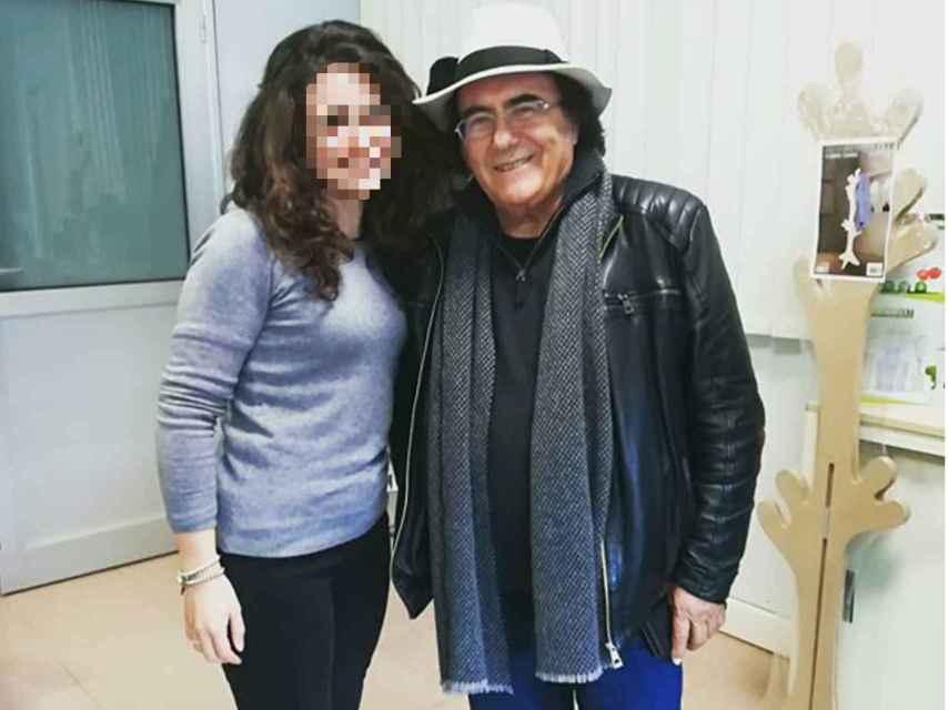 Al Bano Carrisi junto a una seguidora en las instalaciones de los supermercados MD.