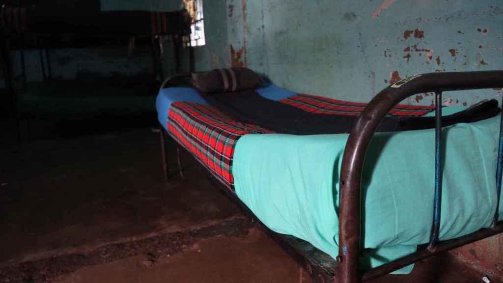 Los somieres de las camas donde duermen las niñas son de muelles y están deteriorados.