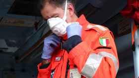 Un sanitario en Brescia, norte de Italia, se prepara para intervenir. EFE / Filippo Venezia.