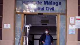 Un médico con mascarilla en la puerta del Hospital Civil de Málaga.