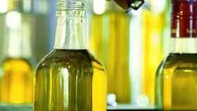 Imagen de archivo de aceiteras con aceite de oliva.