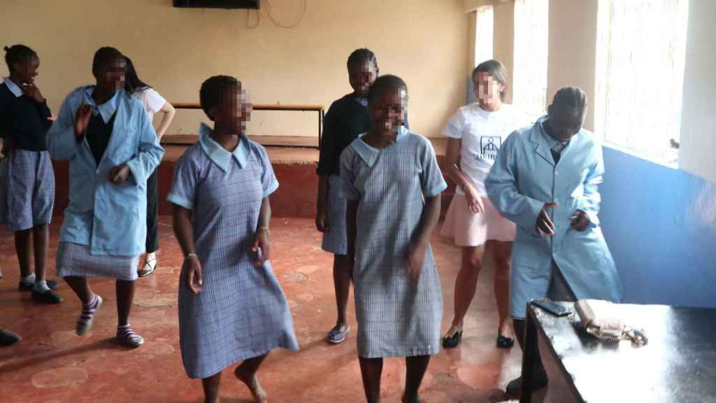 Las niñas, en el aula, se divierten bailando pese a sus pésimas condiciones.