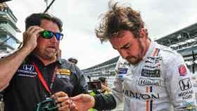Michael Andretti y Fernando Alonso dialogando en un circuito