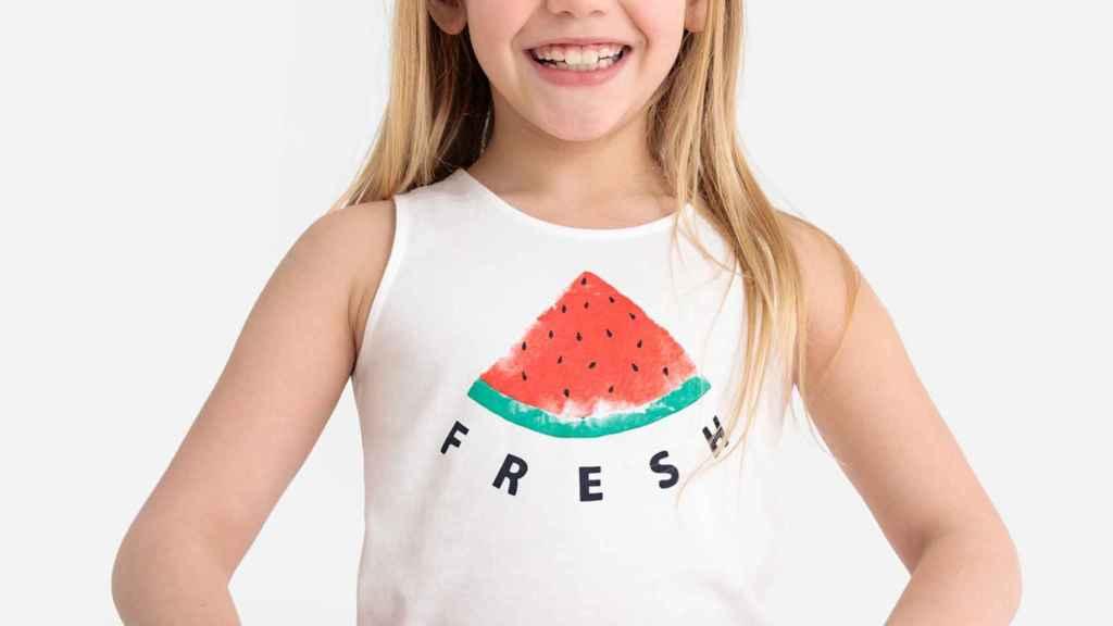 Una niña con una camiseta de la marca.