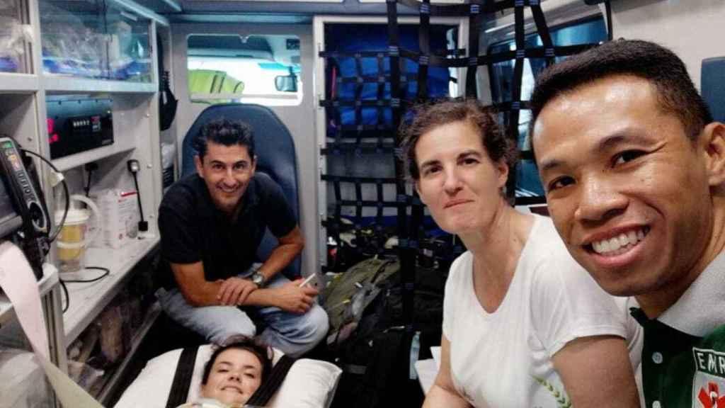 El traslado en la ambulancia de Noelia Traid en Vietnam.