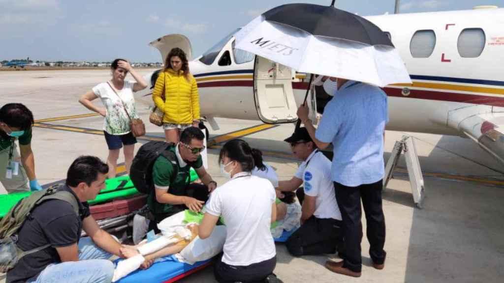 La llegada de las dos jóvenes aragonesas al aeropuerto de Bangkok.