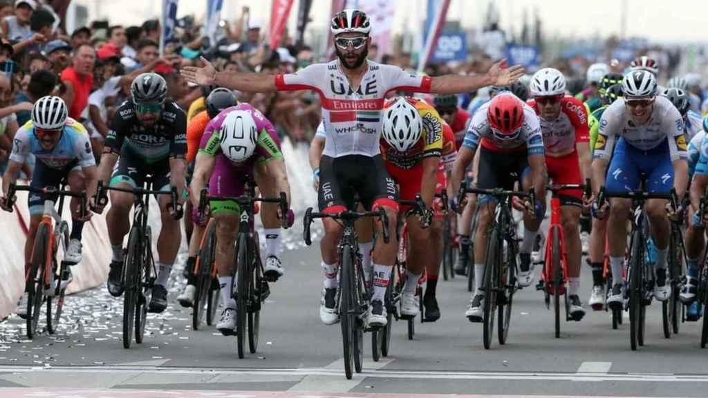 Fernando Gaviria celebra su primera victoria con el UAE
