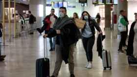 Viajeros procedentes de Italia llegan al aeropuerto de Manises, Valencia.