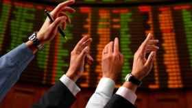 Varios operadores de bolsa en una subasta de valores.