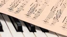 Partitura encima de un piano