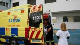 La joven fue trasladada en una ambulancia al hospital más cercano.