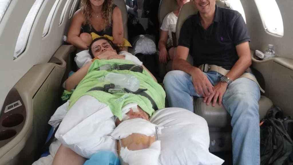 El médico Sergio Arellano, junto a las dos zaragozanas, Noelia y María.