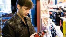 Un hombre de mediana edad seleccionando su refresco.