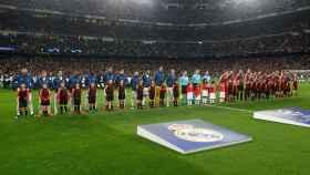 Los jugadores del Real Madrid y el Manchester City escuchan el himno de la Champions League