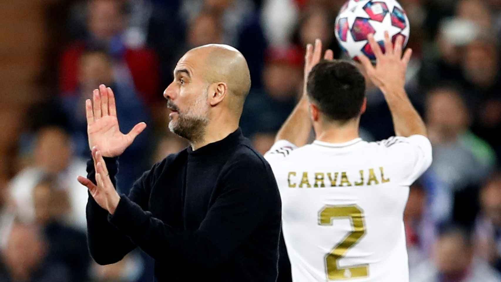 Pep Guardiola da órdenes a sus jugadores desde la banda