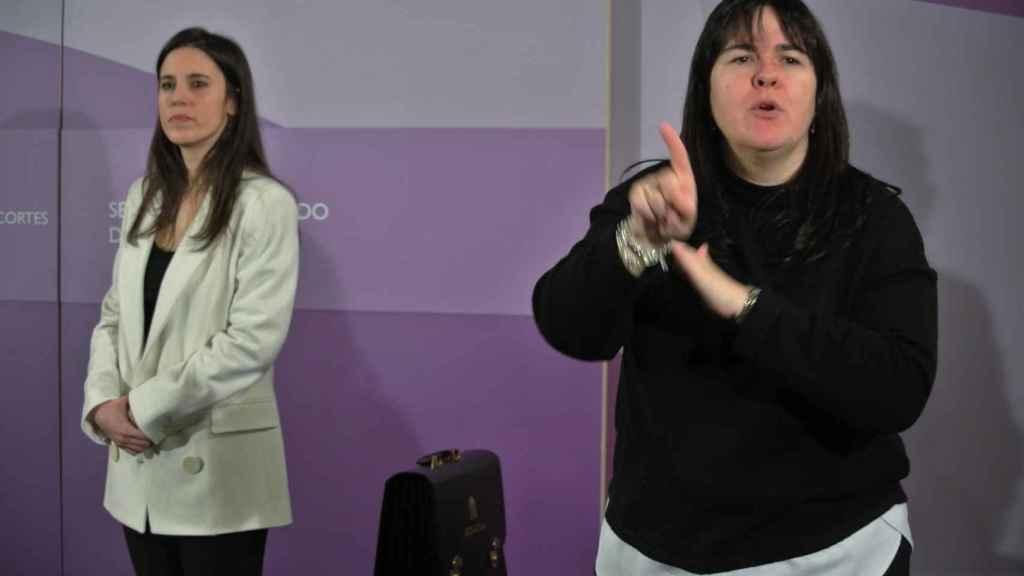 Irene Montero, junto la traductora al lenguaje de signos, en su toma de posesión como ministra de Igualdad.