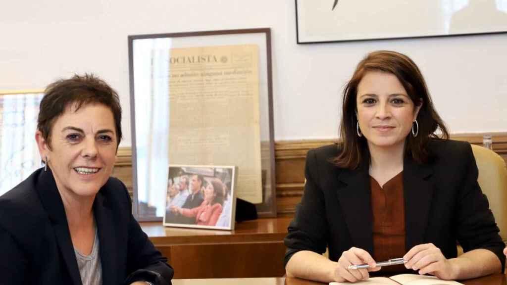 Adriana Lastra, portavoz del grupo socialista en el Congreso; y Mertxe Aizpurua, portavoz de Bildu.
