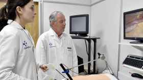 El doctor Joaquín Losada con uno de sus alumnos en el hospital virtual.
