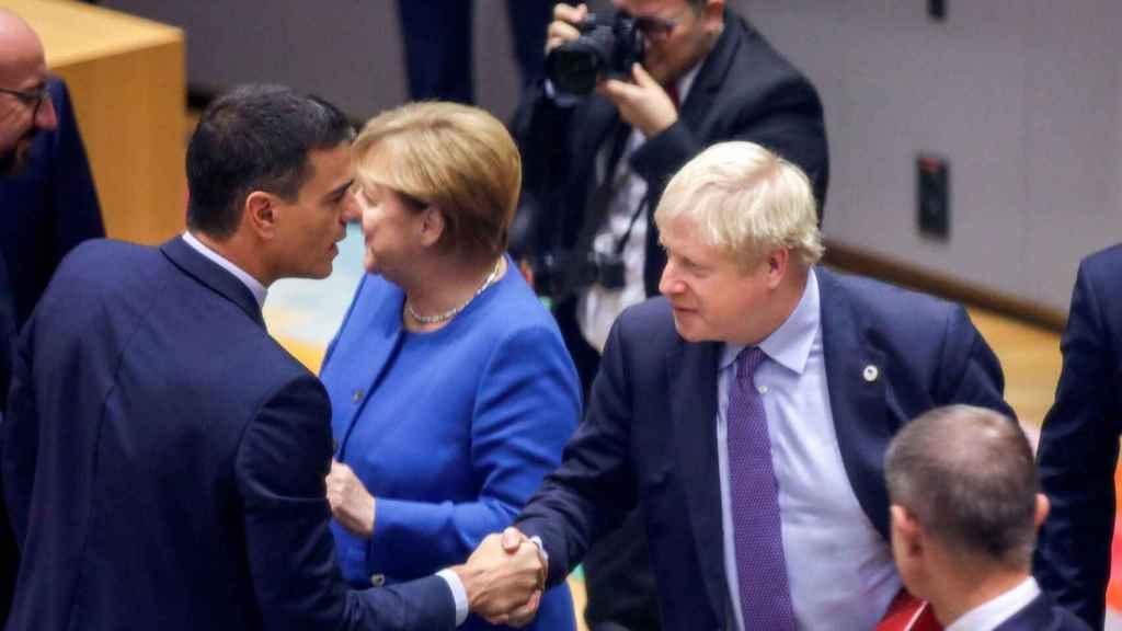 Boris Johnson saluda a Pedro Sánchez durante la cumbre del 'brexit' François Lenoir/Reuters