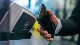 Un cliente pagando con un móvil.