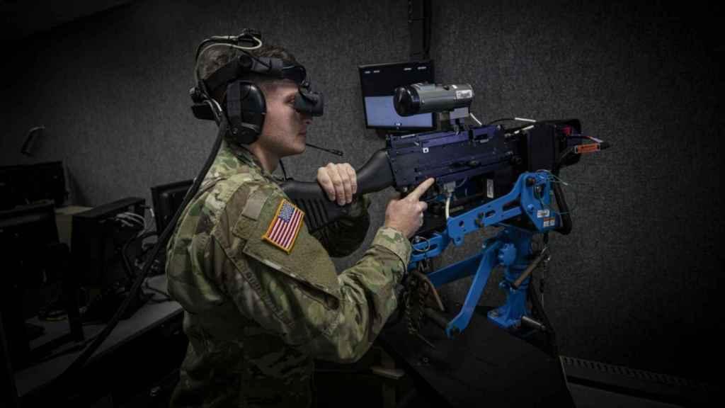 Militar estadounidense entrenando con un sistema de realidad virtual.