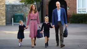 George y Charlotte de Cambridge, acudiendo al colegio junto a sus padres, Kate Middleton y Guillermo de Inglaterra.