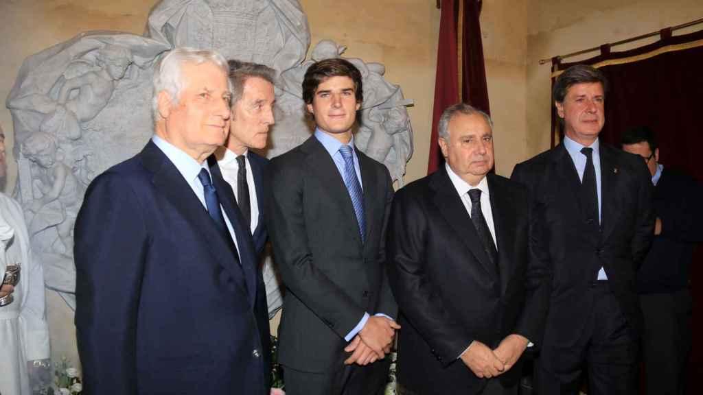 Cayetano junto a sus hermanos, Carlos y Fernando, y Alfonso Diez junto a Carlos Fitz James Stuart Solís, en el aniversario de la muerte de la duquesa de Alba.