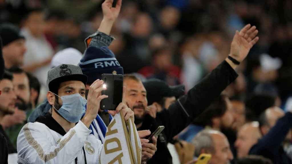 Un aficionado con mascarilla en el Santiago Bernabéu