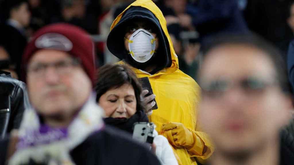 Un aficionado con mascarilla en el Santiago Bernabéu ante el temor de contagio de coronavirus