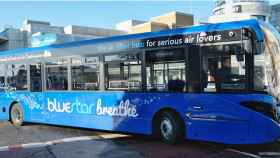 Uno de los autobuses de Go-Ahead que limpia el aire de contaminación mientras circula.