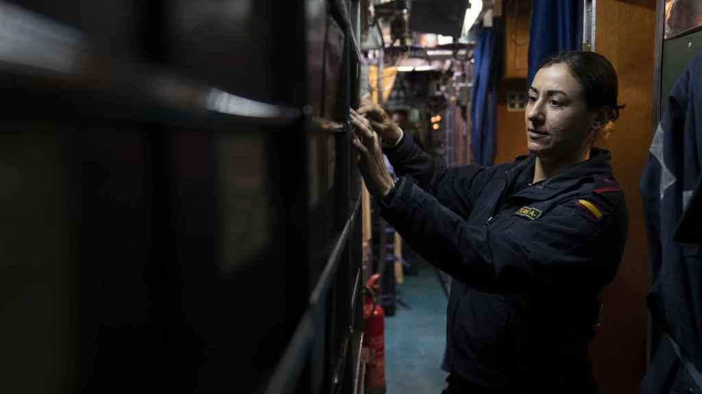 Revisando los manuales de funcionamiento del submarino.