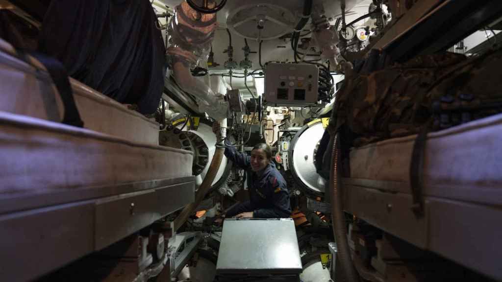'Fany' revisando el estado de los torpedos.