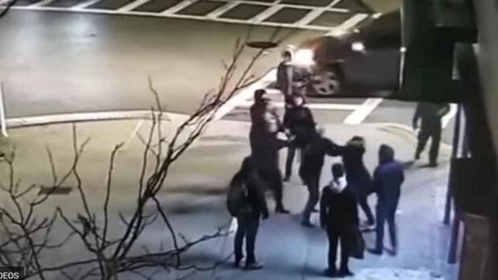 Captura del video en el que las dos víctimas son agredidas.