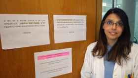 La doctora Marina posa en la puerta de su consulta del Barrio del Progreso de Murcia.