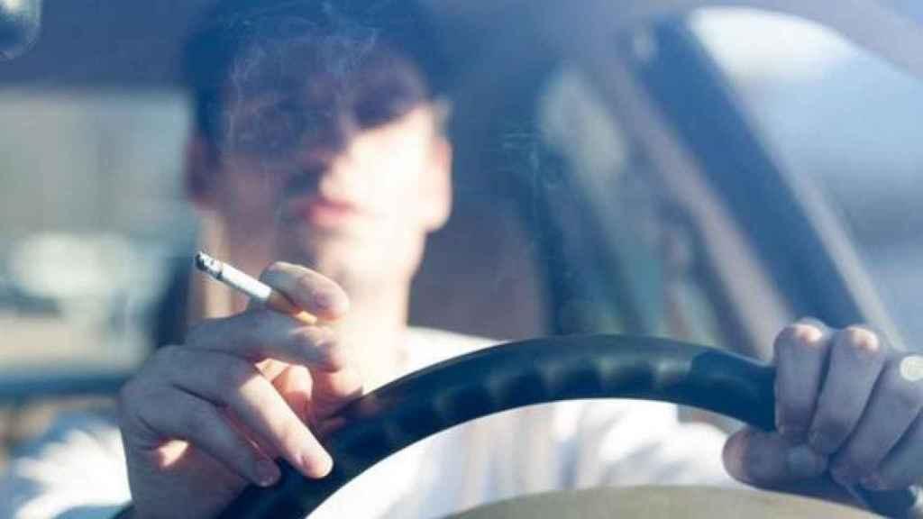 Prohibido fumar en el coche.