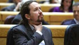 Pablo Iglesias doliéndose de la garganta. EFE/Kiko Huesca