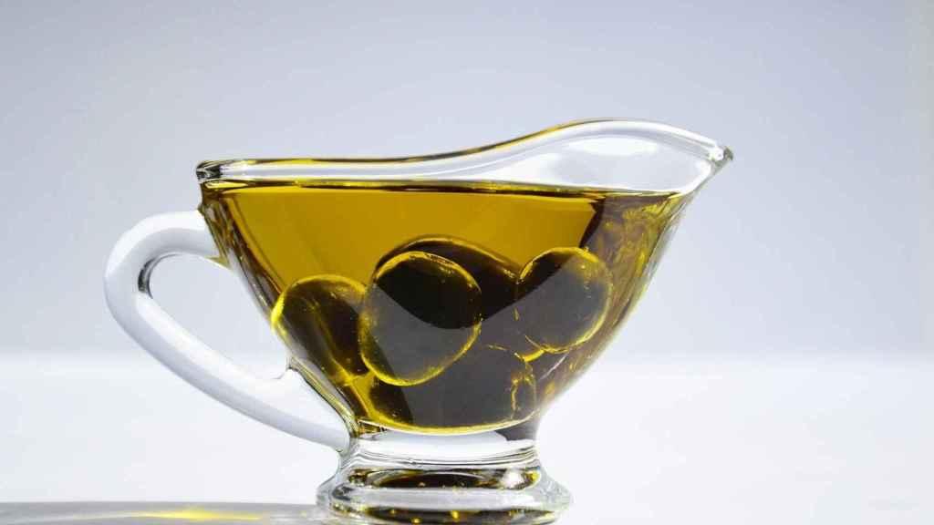 Una tacita de cristal con aceite de oliva.