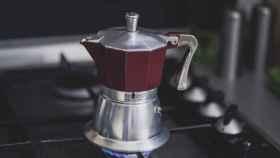 Una persona echa café con un termo.
