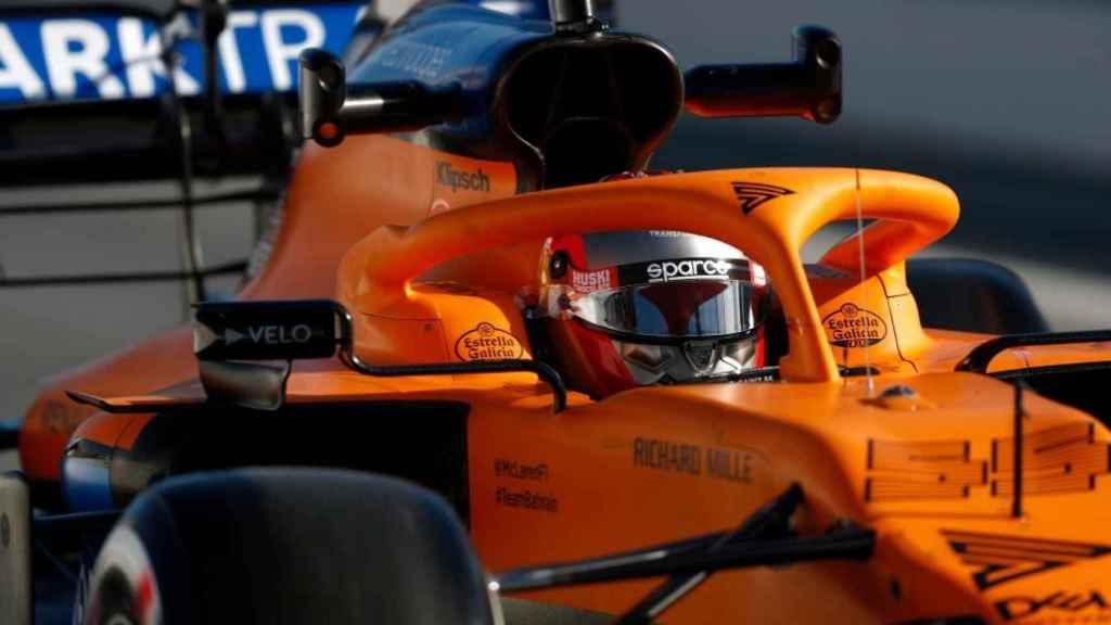 Carlos Sainz pilotando