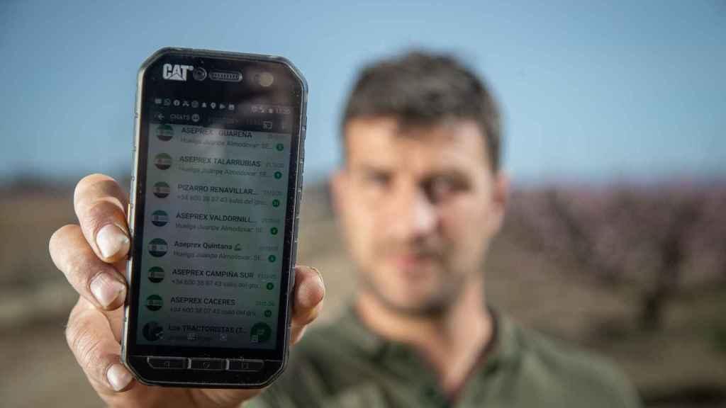 Chamorro mostrando los grupos de whatsapp de su móvil.