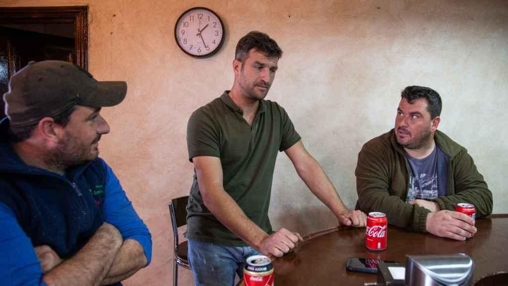 Varios agricultores juntos tras la jornada laboral en un bar de la localidad de Zurbarán.