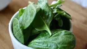 Un cuenco con hojas de espinaca.