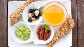 Un desayuno sobre una bandeja.